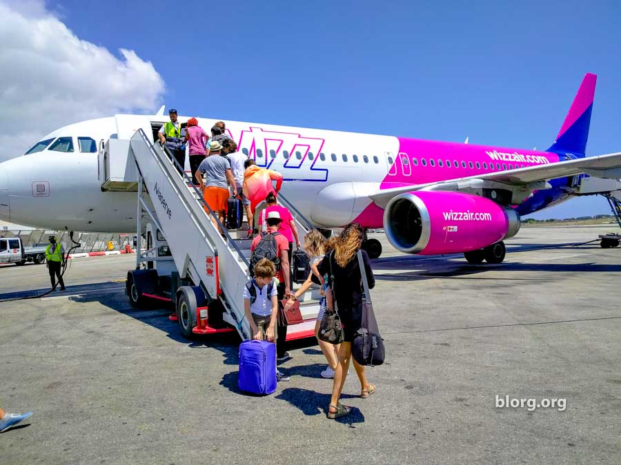wizzair luggage being carries on to the plane